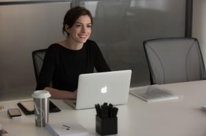 Anne-Hathaway-Laptop-The-Intern